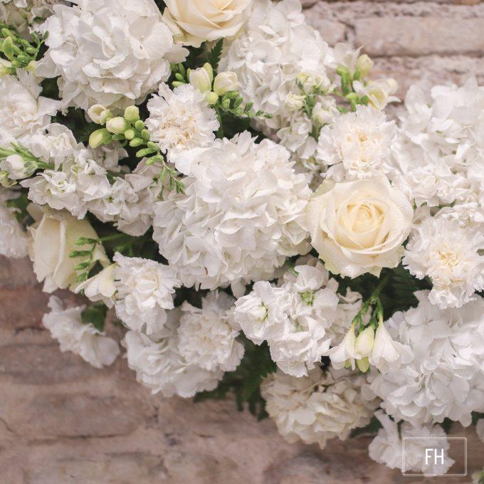 Corona difufntos rosas y hortensias blancas-FH Floristería- Fernando hijo- Flores y decoración- Murcia